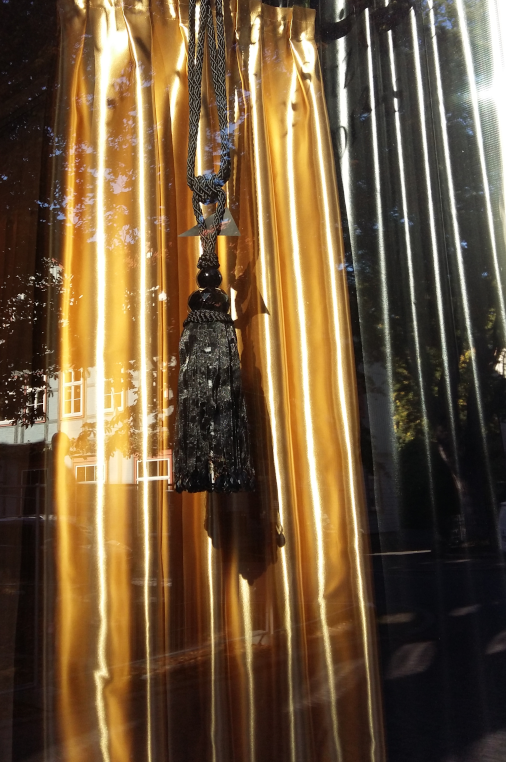 Goldener Deko-Schal im Schaufenster (Quelle: Privat)